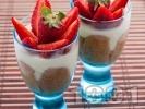 Рецепта Лесен десерт от крем с маскарпоне, кафе, кондензирано прясно мляко, бишкоти и ягоди в чаша